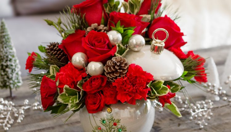 Teleflora_Classic-Pearl-Ornament_a_guide_to_holiday_flowers